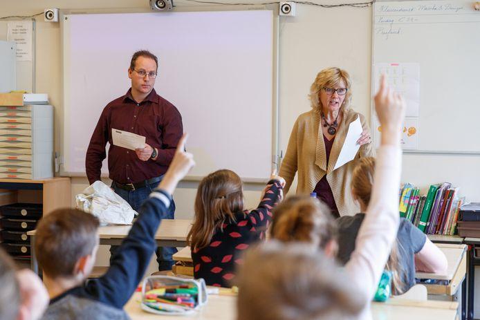 Dag van de Leerplicht. Wethouder Thomas Zwiers bezocht samen met twee leerplichtambtenaren basisschool Het Palet om uit te leggen waarom leerplicht belangrijk is. Kinderen konden aan hen ook vragen stellen. De ambtenaren in beeld: Johan Haverkamp en Joke Schreuders.