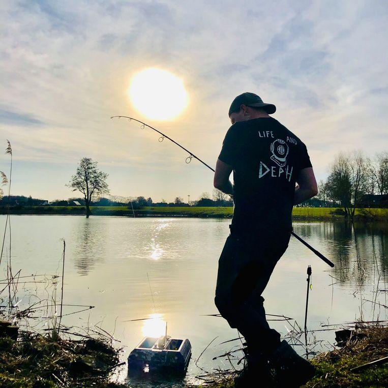 Bas Baks bij het karpervissen Beeld Margriet Oostveen