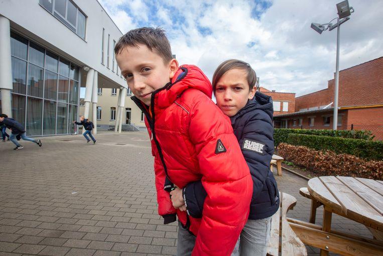 Len Van Audenhove (rechts) toont hoe hij het worteltje uit de luchtpijp van zijn maatje Milan Verhaegen kreeg.