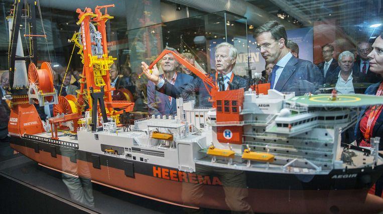 Frits Loomeijer, directeur van het Maritiem Museum Rotterdam, en premier Mark Rutte tijdens de opening van de tentoonstelling 'Topstukken' van Maritiem Museum Rotterdam.  Beeld ANP