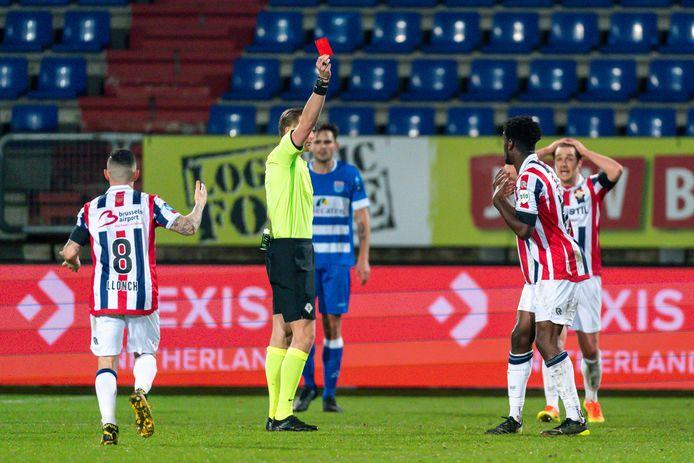 Tot ontzetting van vriend en vijand trok scheidsrechter Sander van der Eijk de rode kaart voor Willem II-aanvaller Kwasi Wriedt in de thuiswedstrijd tegen PEC Zwolle.