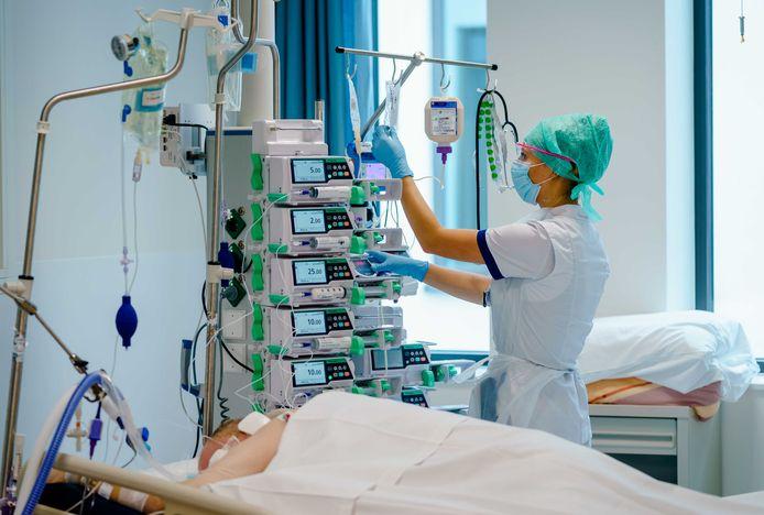 Medewerkers geven zorg aan een coronapatient op de Intensive Care afdeling