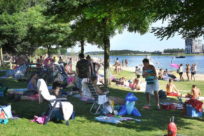 Donderdag 25 augustus 2016: volop genieten aan de Heeswijkse Plas. foto Ed van Alem