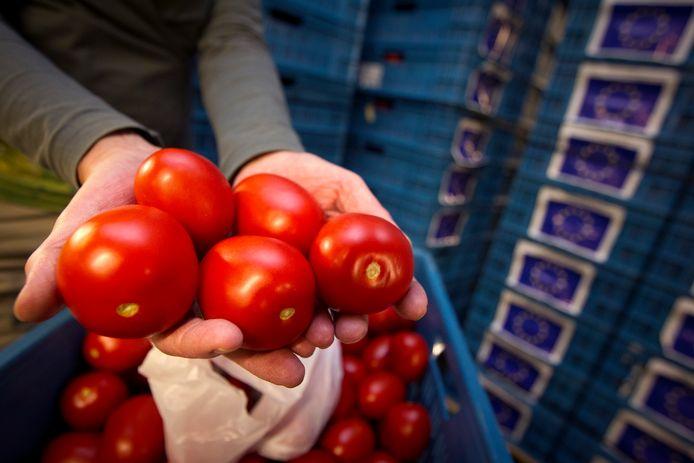 Bij de Voedselbank Arnhem komen nu de horeca stil ligt veel verse producten binnen, zoals groenten en fruit.