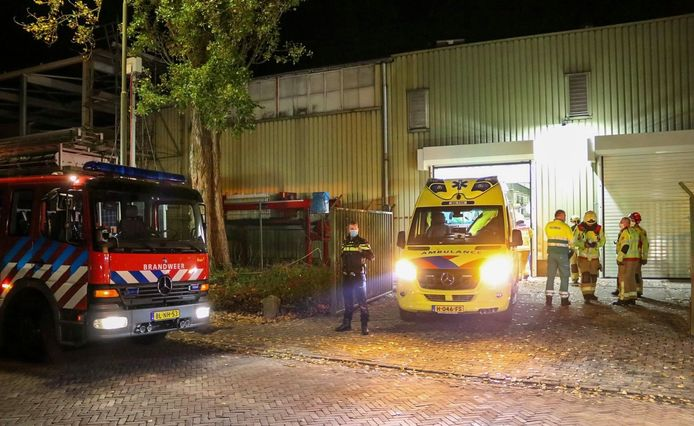 Politie, brandweer en ambulance rukten vannacht uit naar Eerbeek voor een bedrijfsongeval. Daarbij raakte een medewerker gewond.