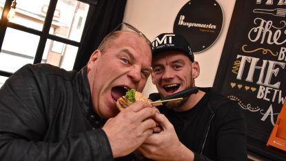 """VIDEO. Sergio daagt hamburgerfans uit: """"Ik eet er zeker dertig, ik eet jullie allemaal onder tafel!"""""""