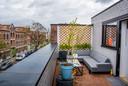 Op het dakterras kun je prima zitten als het nog niet zo warm is. ,,Het is net een magnetron.''