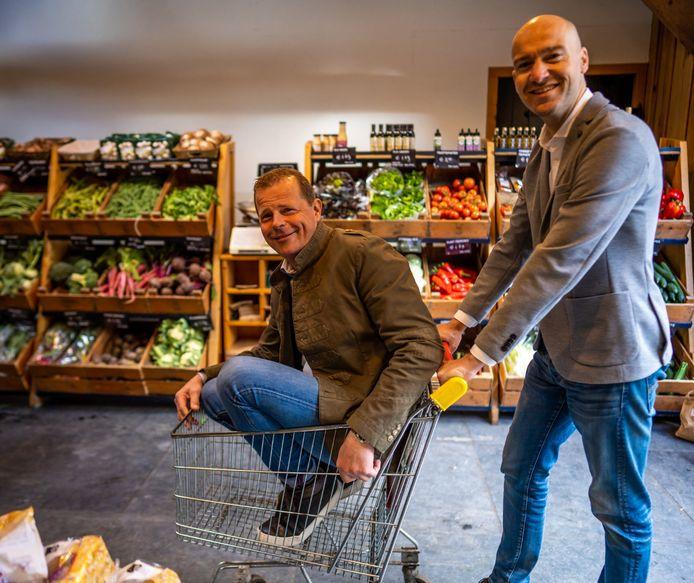 Paul van Straaten en Richard Nederlof bij boerderijwinkel Hoeve Ravenstein in Baarn, een van de 120 aangesloten winkels en boerenbedrijven.