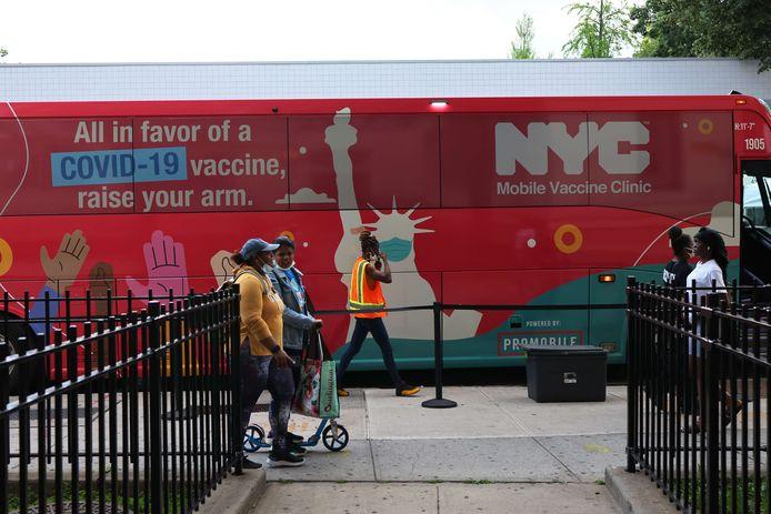 Rijdende vaccinatiebussen, hier in New York, moeten helpen nog meer Amerikanen te overtuigen zich te laten vaccineren.