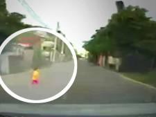 Un conducteur évite de justesse un petit garçon sorti de nulle part