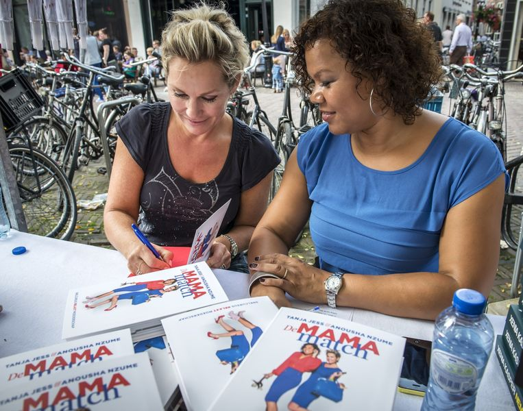 Foto uit 2014. Tanja Jess (L) en Anousha Nzume signeren hun boek Mama Match tijdens Manuscripta, de opening van het boekenseizoen. Beeld anp