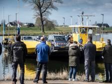 Veerbaas Peer Witzel de laatste eer bewezen met een 'rondje pontje' over de Maas