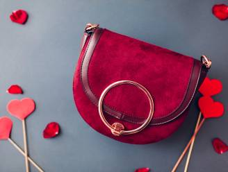 Deze rode handtassen verdienen een plek in je hart