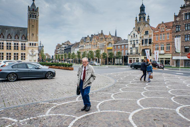 De Grote Markt in Roeselare is een compromis: ruimte om te spelen, maar ook parkeerplaatsen voor wie minder goed te been is. Beeld Wouter Van Vooren