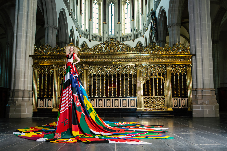Amsterdam Rainbow Dress gedragen door model Valentijn de Hingh. Beeld Dario & Misja