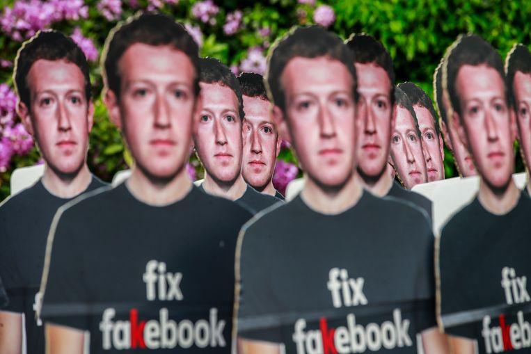 Een protest tegen nepaccounts op Facebook bij de Europese Commissie in Brussel, mei 2018. Beeld Stephanie Lecocq / EPA