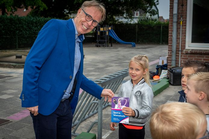 Officieel uitreikmoment van boekje 'Sport in Woensdrecht' door wethouder Lars van der Beek aan bassischool leerling groep 3 Elynn van Dreumel.
