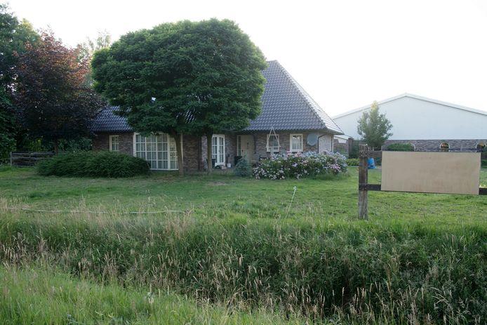 De burgemeester van de gemeente Hardenberg heeft nu ook de woning naast het drugslab aan de Elimmerweg in Schuinesloot op grond van de Opiumwet gesloten.