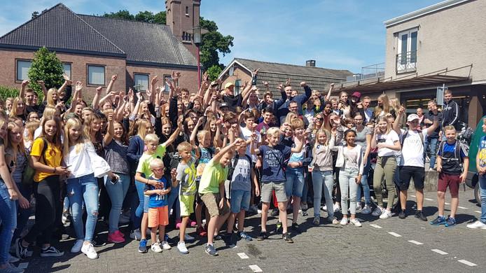Rapper Jebroer, met gele pet, te midden van zijn fans uit Vriezenveen.
