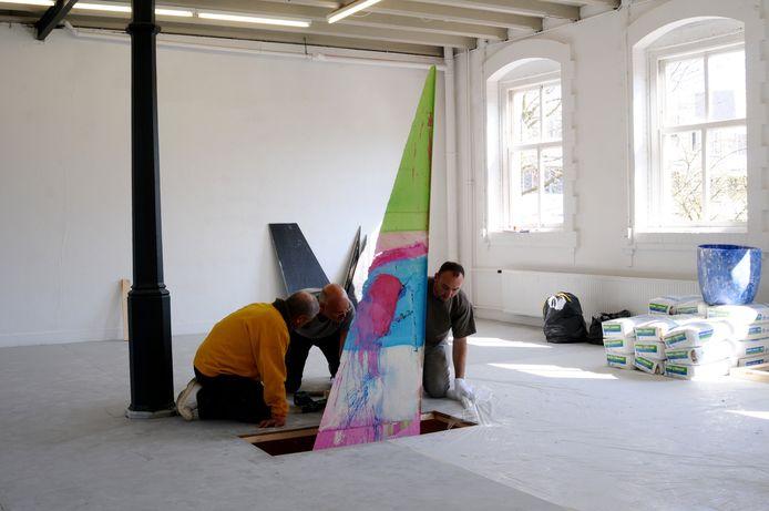 Stijn Ank (rechts) met zijn werk op de eerste verdieping