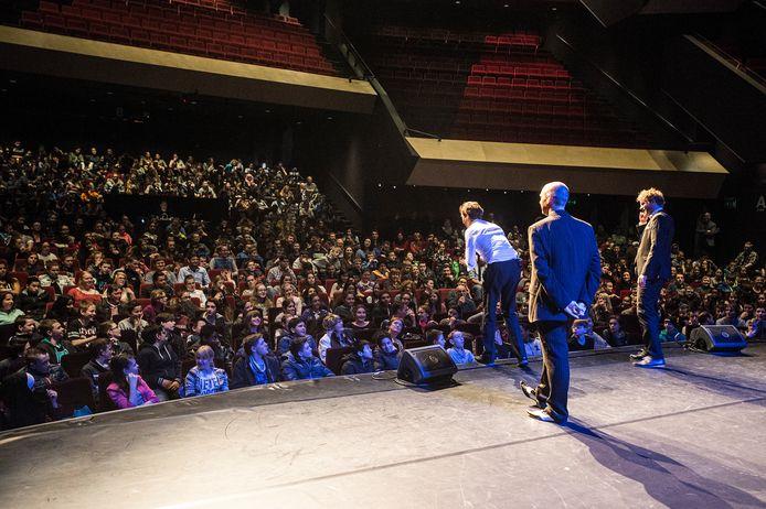 Binnenkort in dit theater, een volle zaal zoals op de foto hierboven uit 2015. Leerlingen van Tessenderlandt werden in 2015 tijdens het 25-jarige bestaan in het Chassé Theater getrakteerd op een optreden van cabaretgroep Op Sterk Water.