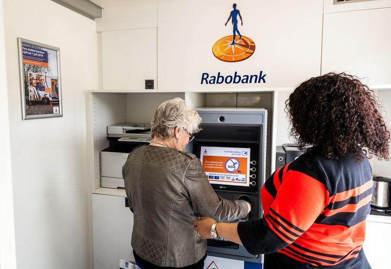 Digitaal bankieren biedt veel ouderen te weinig overzicht. Daarnaast voelt het ook onveiliger. Beeld Jiri Buller