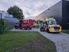 Automonteur naar ziekenhuis na val van hefbrug in Ruurlo