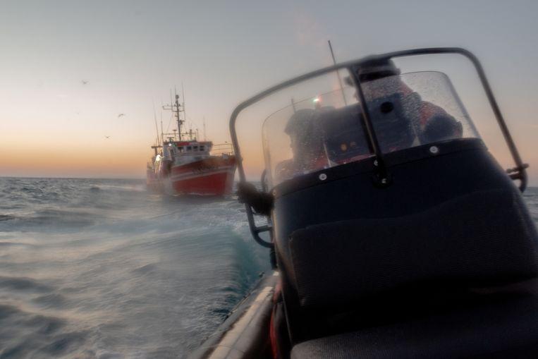 Het zit er bovenarms op. Sea Shepherd-activisten worden in hun zodiac door vissers achtervolgd. 'Dit is mijn gevaarlijkste missie tot nu toe', zegt filmer-activist Rodolphe Villevieille. Beeld Jules Emile