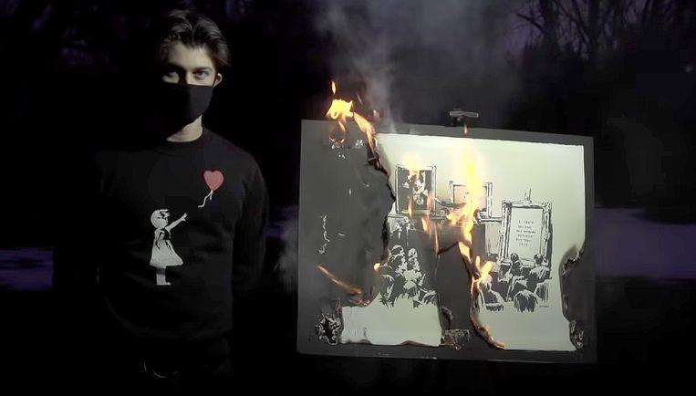 Een brandend Banksy kunstwerk. Beeld
