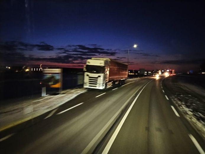 Een langs de weg geparkeerde vrachtwagen in Geldermalsen