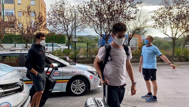 Greg Van Avermaet en Wout van Aert komen aan in het Belgische teamhotel in Imola. Beeld BELGA