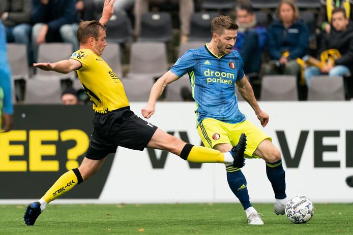 Jan-Arie van der Heijden wil de bal passen, Lee Cattermole probeert dat te voorkomen.