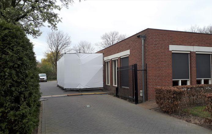 De koelunit die in de eerste golf bij het uitvaartcentrum in Den Bosch werd neergezet.