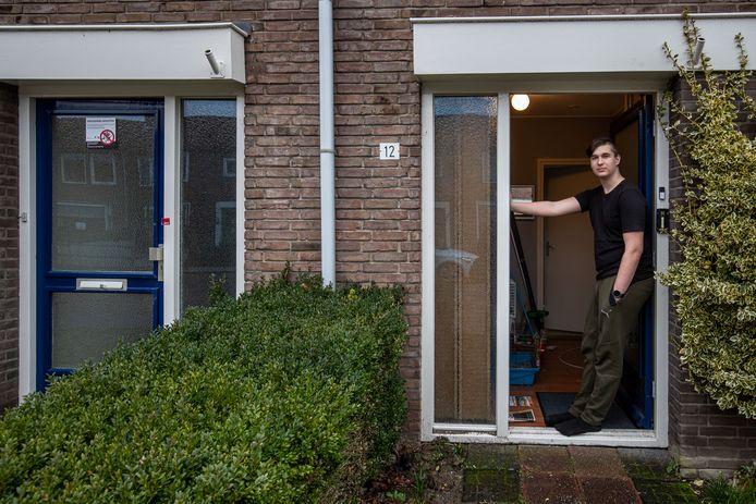 Damian Stoffels in de deuropening naast de verzegelde woning waar vorige maand een hennepkwekerij is aangetroffen.