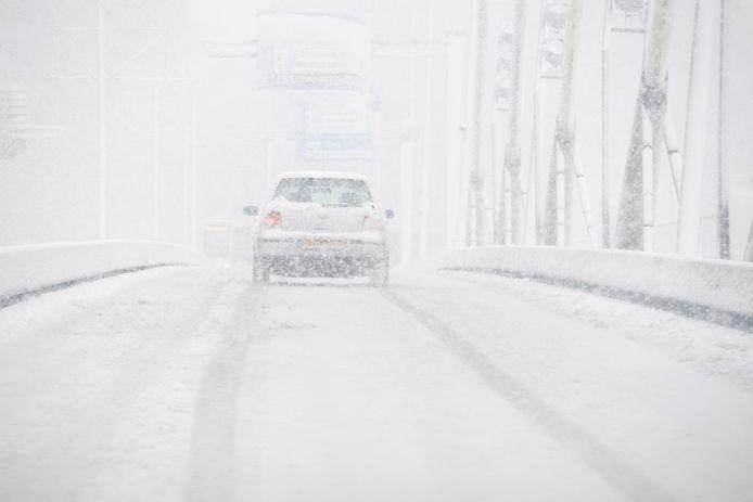 Een dikke laag sneeuw kan een hoop overlast veroorzaken op de weg, zoals hier in 2017 op de Erasmusbrug