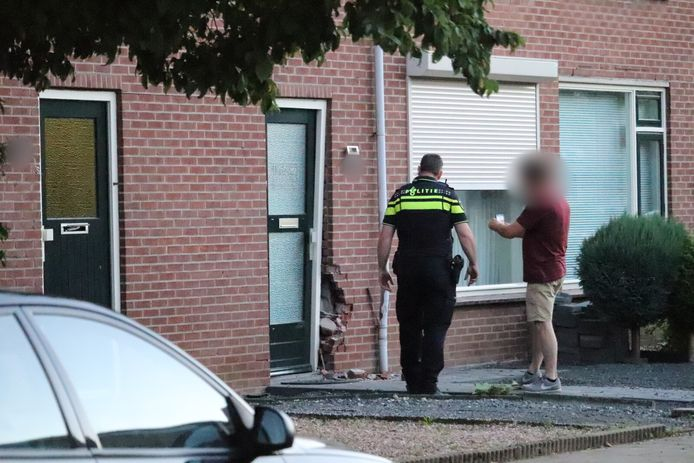 De man reed vrijdagavond met een auto tegel de gevel van de woning aan de Goudbloemstraat in Didam. Hij is aangehouden.