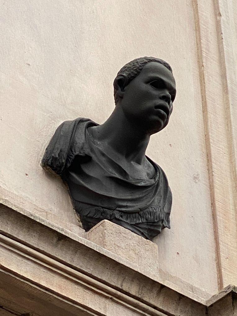 Een van de beelden boven de deur van Herengracht 514.   Beeld Floor van Spaendonck en Gijs Stork