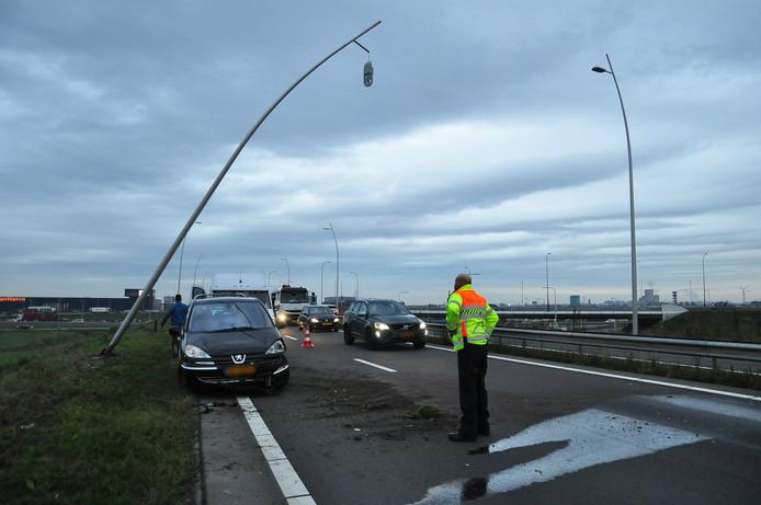 De auto botste tegen een lantaarnpaal langs de Midden-Brabantweg (N261) bij Waalwijk.