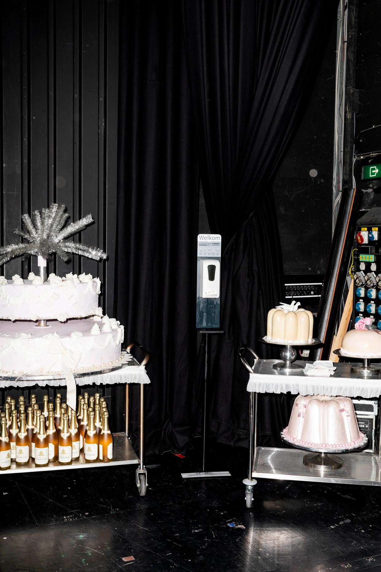 Omdat de zangers elkaar geen toneelklappen meer mogen uitdelen, maken zij ruzie door met taart en bloemen te smijten.  Beeld Marie Wanders