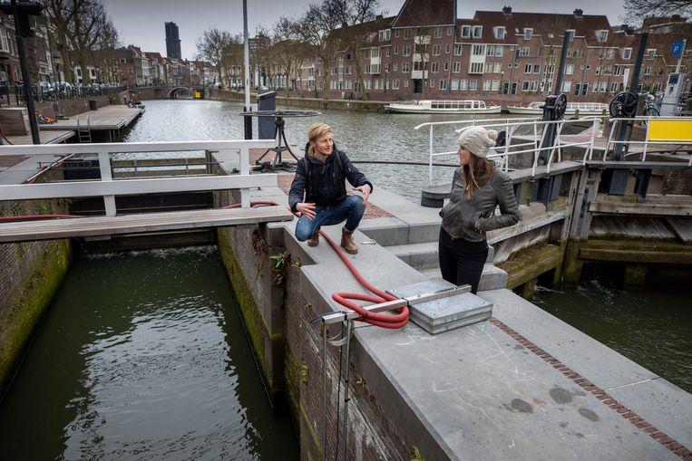 Ecoloog Mark van Heukelum en de Utrechtse stadsecoloog Anne Nijs geven uitleg bij de visdeurbel aan de Weerdsluis in Utrecht. Beeld Werry Crone