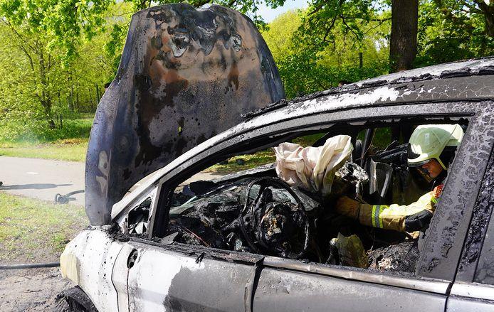 Een rijdende auto vliegt in brand in Gilze.