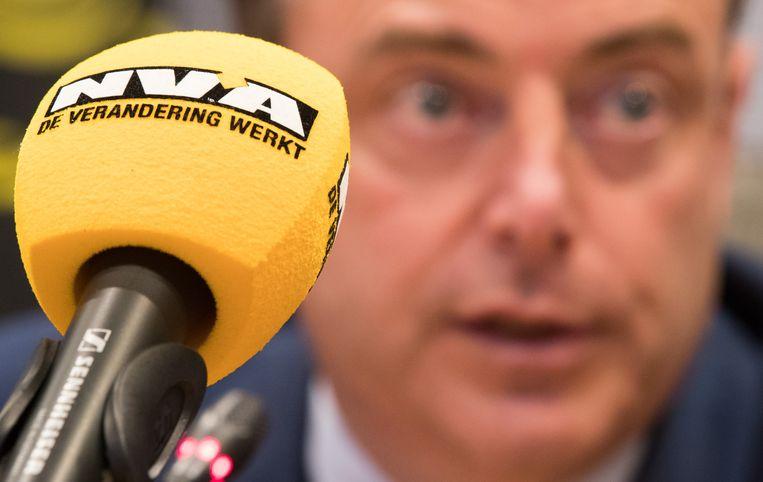 Bart De Wever achter een N-VA-microfoon.