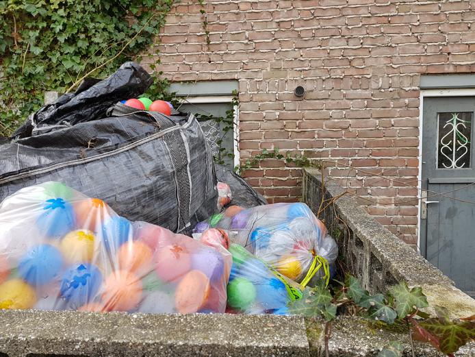 In een tuin in de Nova Zemblastraat liggen zakken vol met gekleurde ballen.