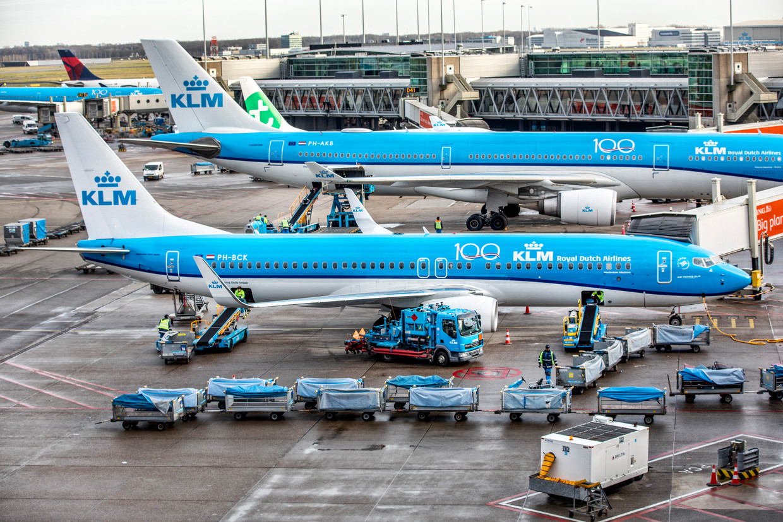 De passagier merkt geen verschil, maar zijn bagage kan door maar liefst zes bedrijven aan boord van het vliegtuig worden gebracht.  Beeld Raymond Rutting / de Volkskrant