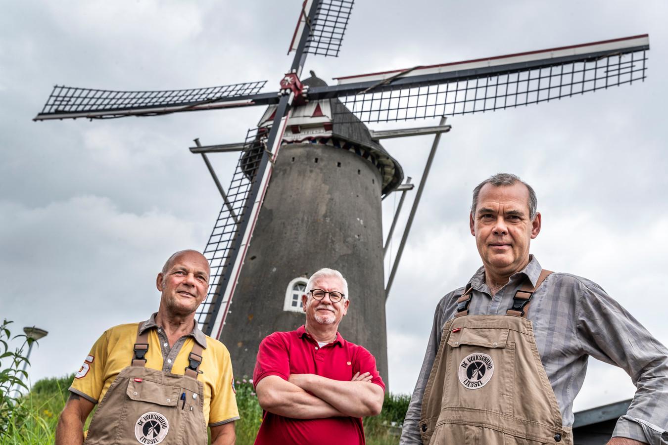 Alle molenaars op een rij, vlnr: Hans Verbeek, Peter Rongen en Toon van de Weijer.