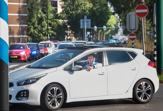 Björn Lugthart, wethouder mobiliteit in Rijswijk in zijn auto op de drukke Prinses Beatrixlaan.