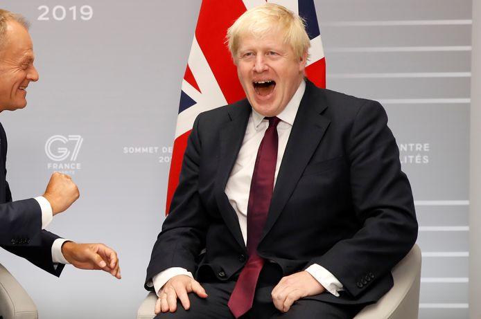 Boris Johnson met links de Europese president Donald Tusk nog net in beeld.