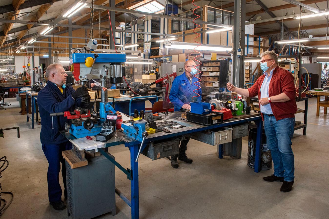 De werkplaats van Tools to Work in Teteringen met rechts directeur Lex Merlijn.