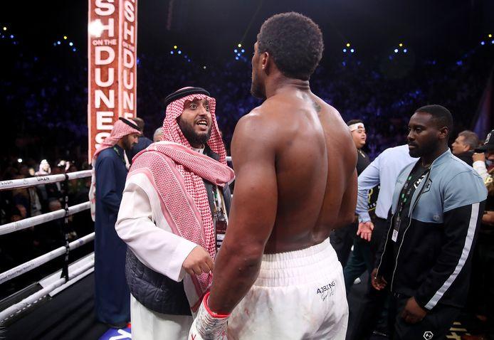 Prins Abdulaziz Al Saud feliciteert Anthony Joshua.