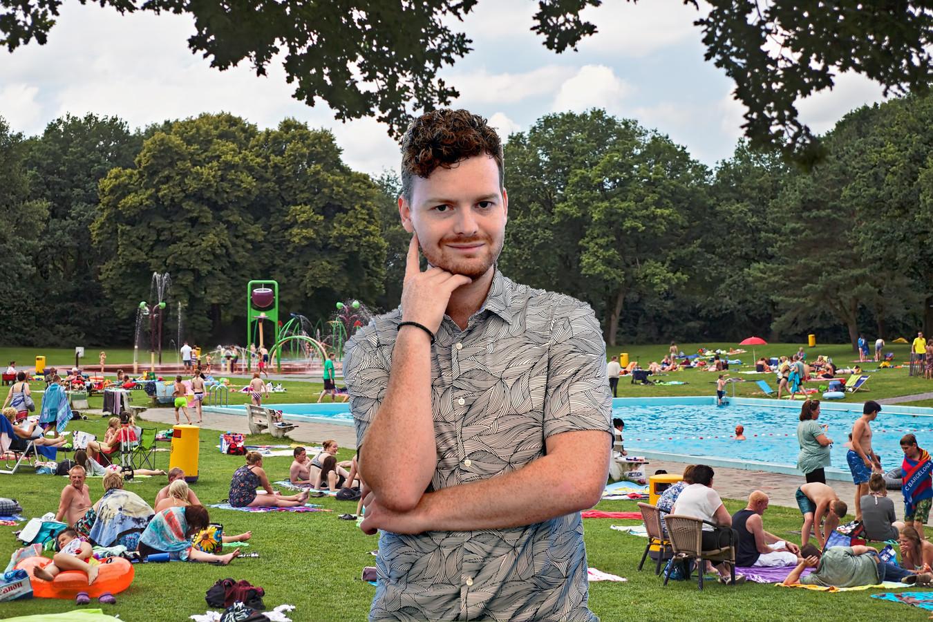Columnist Freek Verhulst, op de achtergrond buitenzwembad Splesj in Hoeven.